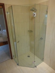 Frameless and closed up shower screen