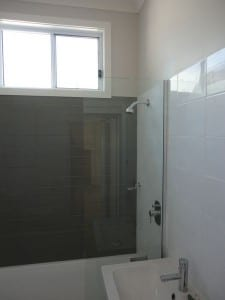 Frameless and closed shower screen