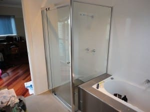 Framed and closed shower screen